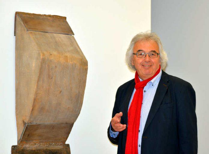 Manfred Geis mit Wandfigur