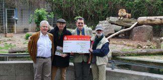Gerhard Bartelmus, Dr. Dietrich Lorenz und Jürgen Pföhler (v.l.n.r.) überreichten gemeinsam den 15.000 Euro-Spendenscheck an Dr. Klaus Wünnemann (Mitte). (Foto: Zoo Heidelberg)