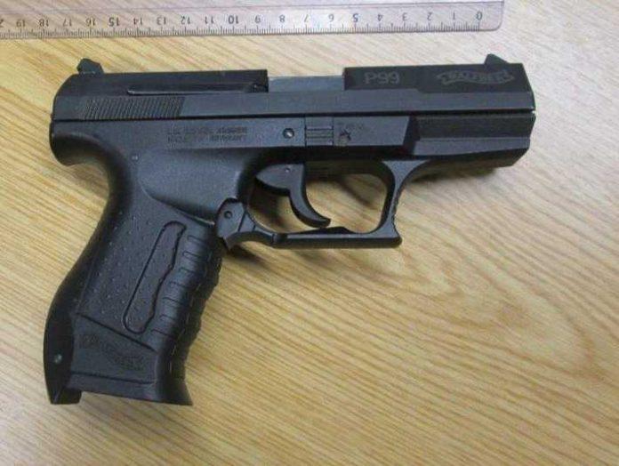 Die Pistole sieht wie eine echte Waffe aus. Für das Tragen benötigt man einen sog. kleinen Waffenschein