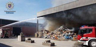 Löscharbeiten nach dem Brand in Darmstadt-Arheilgen (Foto: Polizei HE)