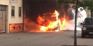 Ein Gelenkbus ging in Flammen auf (Foto: privat/Steffan)