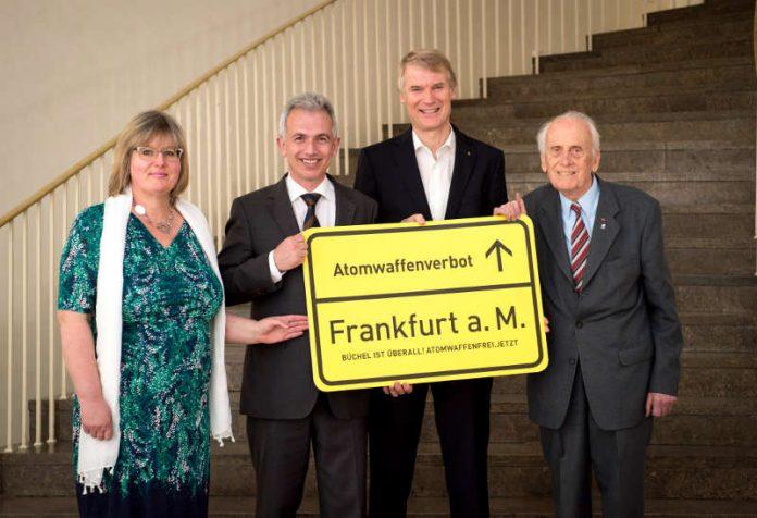 Angelika Wagner, OB Peter Feldmann, Thomas Carl Schwoerer und Ulrich Gottstein mit Schild 'Atomwaffenverbot' (Foto: Salome Roessler)