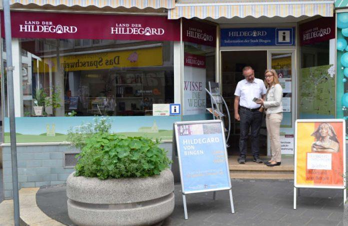 Hildegardlotsen im Dienst: Dr. Achim Geisthardt und Christa Egbert (Foto: Stadtverwaltung Bingen)