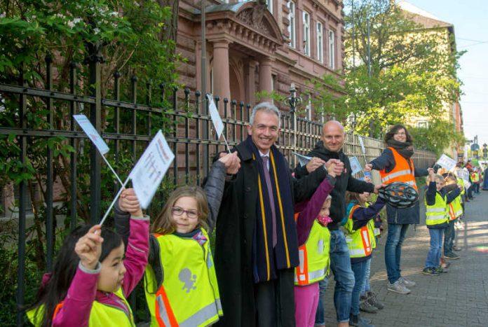 OB Peter Feldmann und Ex-Fußballprofi Thomas Zampach unterstützen Elterninitiative 'Sicher in die Schule' (Foto: Bernd Kammerer)