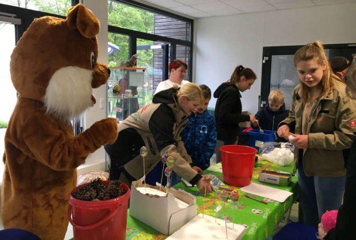 Beim Eierfärben in der Tiergartenschule schaute auch der Osterhase vorbei. (Foto: Freizeitbetriebe Worms GmbH)