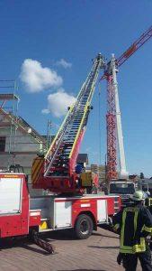 Monteur nach Lkw-Brand von mobilem Kran gerettet 20.04.2017 – 14:53 Kallstadt (ots) - Am Donnerstag (20.04.) wurde gegen 10.00 Uhr im Neubaugebiet in der Verlängerung des Erpolzheimer Weges der Polizei ein brennender Lkw gemeldet. Die Feuerwehr rettete aus dem Korb eines Hubsteigers einen Mann und löschte den Brand am Lkw. Nach ersten Aussagen eines 47jährigen Hockenheimers waren er und sein Kollege im ausgefahrenen Korb eines Hubsteigers, um einen im Neubaugebiet feststehenden Kran zu reparieren. Nach dem Fernstarten des Lkw-Motors entstand plötzlich ein Brand im Motorraum, der die Technik versagen ließ und der Korb nicht mehr eingefahren werden konnte. Während der 47jährige am feststehenden Kran ungesichert aus mehr als 10 Metern Höhe hinunter auf den Boden kletterte, konnte ihm sein Kollege auf dem gefährlichen Weg nicht folgen. Die schnell eintreffende Feuerwehr musste den Mann mit der komplett ausgefahrenen Drehleiter (30 Meter) retten. Verletzt wurde niemand, die Schadenshöhe steht derzeit noch nicht fest.