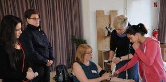 Susanne Emanuel-Semisch, Pflegedienstleiterin des Lorenz-Wertmann-Hauses in Wiesbaden-Kohlheck zeigt der Schülerin, wie man richtig Blutdruck misst. (Foto: Sabine Eyert-Kobler)