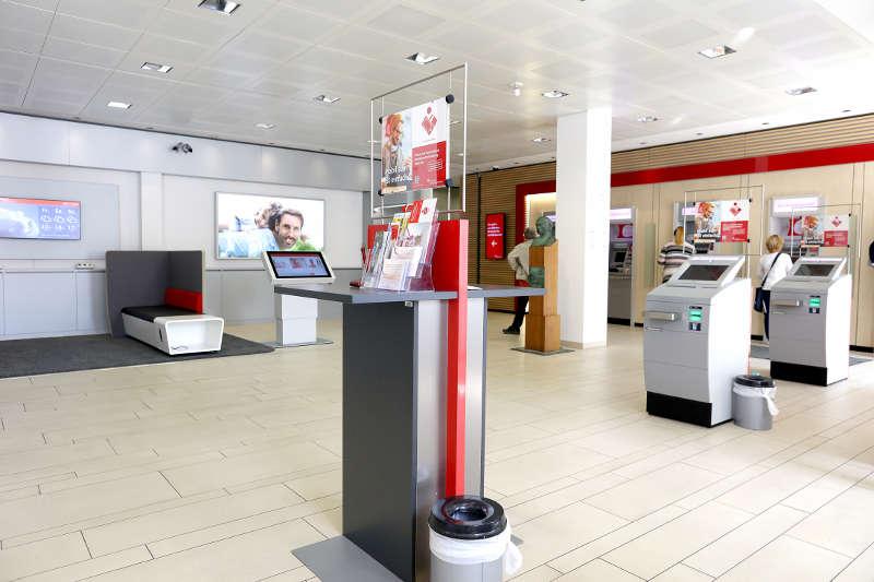 Der neu gestaltete SB-Bereich für Privatkunden mit Lounge-Möbeln, Touchscreens und freiem WLAN-Zugang. (Foto: Sparkasse Südliche Weinstraße)