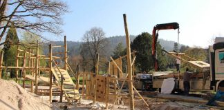 """Arbeiter installieren derzeit die Kletterburg wird auf dem neuen """"Falkenstein-Spielplatz"""". (Foto: Gartenschau Bad Herrenalb 2017)"""