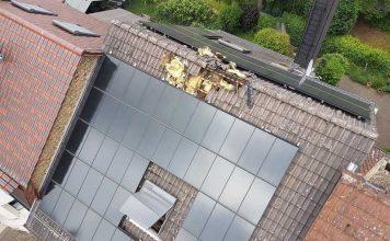 Flammen schlagen aus dem Dachstuhl heraus