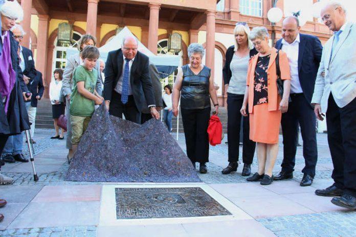 Zu Ehren von Daniel Meininger wurde der Saalbauvorplatz umbenannt und ein Bronzerelief enthüllt. (Foto: Rolf Schädler)