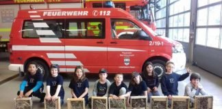 Die Kinder präsentierten ihre fertigen Insektenhotels. (Foto: Feuerwehr Bad Kreuznach)