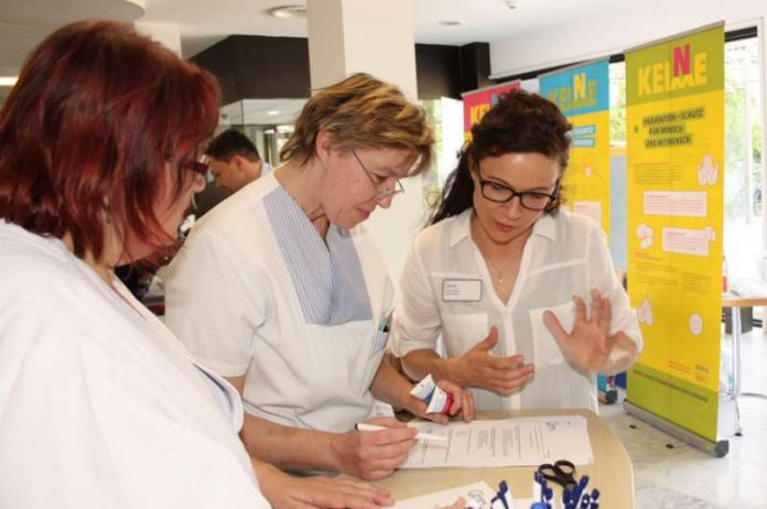Beim Tag der Händehygiene konnten Mitarbeiter der GRN-Klinik Schwetzingen ihr Hygiene-Wissen in einem Quiz testen. Hygienefachkraft Annett Walter (r.), Organisatorin des Informationstags, half gerne weiter (Foto: GRN)