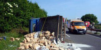 Umgestürzter LKW auf der Autobahn