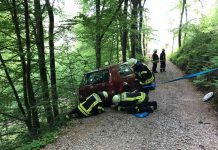 Die Feuerwehr sicherte das Fahrzeug gegen Abstürzen (Foto: Presseteam der Feuerwehr VG Lambrecht)