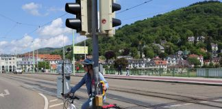 """Mehr Komfort für Radler: Die Stadt Heidelberg installierte 43 gelbe Ampelgriffe an sieben wichtigen Straßenkreuzungen, sodass Radfahrerinnen und Radfahrer nicht vom Rad absteigen müssen, während sie auf """"Grün"""" warten. (Foto: Stadt Heidelberg)"""