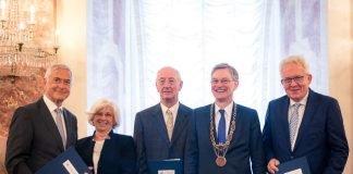 Universitätstag 2017: Verleihung der Ehrensenatorenwürde an Dr. Jürgen M. Schneider (li.) und Gerhard Stegmann (re.) sowie der Universitätsmedaille an Marie-Luise und Normann Stassen (Mitte) (Foto: Universität Mannheim)