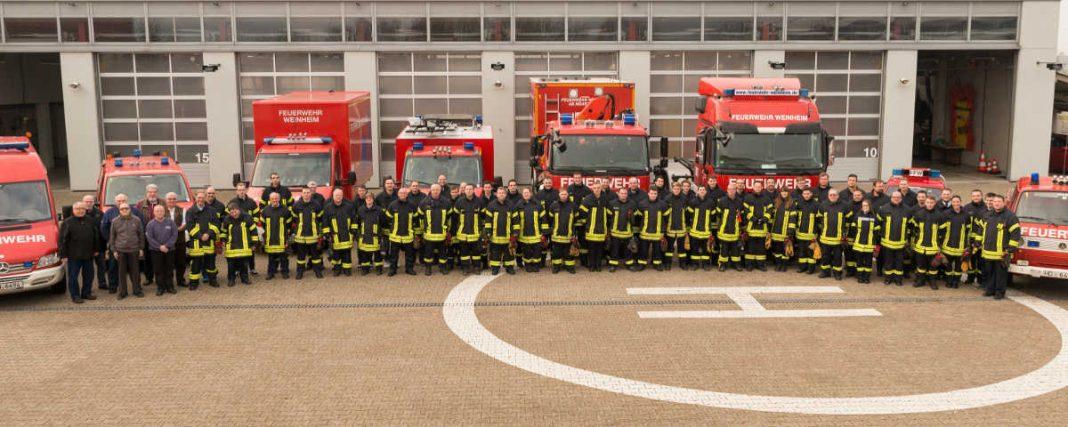 ie Mannschaft der Abteilung Stadt mit einem Teil des Fuhrparks des Feuerwehrzentrums (Foto: Helmut Hilpp)