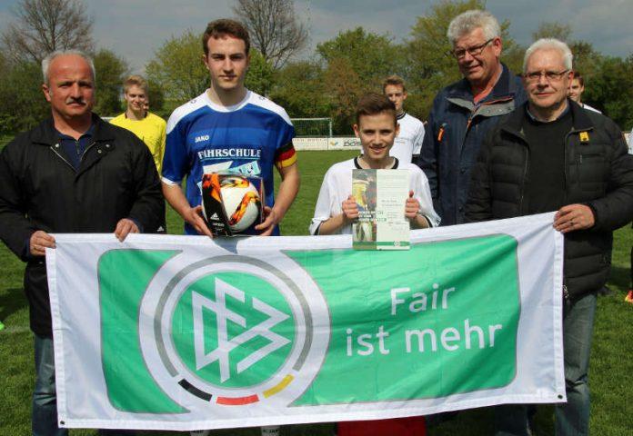 v.l. Markus Klein (Vorsitzender TSV Sonderriet), Christoph Geier (Kapitän Eintracht Walldürn), Manuel Stang, Georg Alter (Foto: Elmar Kellner / Fränkische Nachrichten)