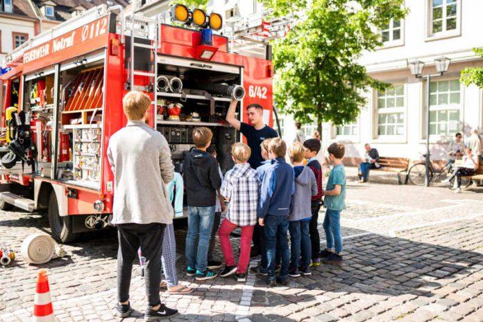 Die Feuerwehr Heidelberg erklärte den Kindern unter anderem die Ausstattung ihrer Fahrzeuge. (Foto: Tobias Dittmer)