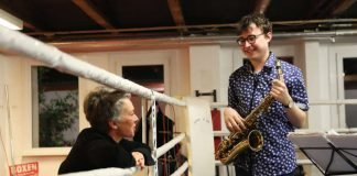 """Am Boxring: Kulturdezernentin Dr. Ina Hartwig im Gespräch mit den Jazzstipendiaten 2016 """"The WhereMe"""" auf dem Teves-Gelände im Boxcamp (Foto: Alexander Paul Englert)"""