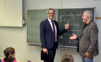 Landrat Christian Engelhardt und Schulleiter Alwin Zeiß beim Rundgang durch die Mittelpunktschule in Gadernheim. (Foto: Kreis Bergstraße)