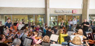 Klassische Klänge im Wartesaal des Bahnhofs oder Gospel auf dem Wochenmarkt – Utopolis kam gut an. (Foto: Stadt Bruchsal/Max Trinter)