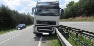 Der Fahrer hatte Glück - Trotz eines geplatzten Reifens kippte sein LKW nicht um