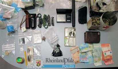 Erneut wurden bei der Wohnungsdurchsuchung diverse Betäubungsmittel gefunden, außerdem Waffen und Bargeld, das vermutlich aus Drogenverkäufen stammt