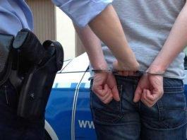 Drei Männer und eine Frau nahm die Polizei am Dienstag fest, weil sie im Verdacht stehen als Bande Einbrüche verübt zu haben