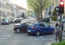 Auf der Kreuzung Karcherstraße/Pirnasenser Straße stießen der VW Polo und der Peugeot 207 zusammen.