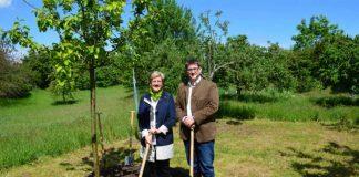 Bürgermeisterin Felicitas Kubala und Alexander Manz, Vorsitzender der Schutzgemeinschaft Deutscher Wald (SDW), Kreisverband Mannheim (Foto: Stadt Mannheim)