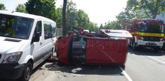 Der PKW landete bei der Verkehrsunfall auf der Seite (Foto: Feuerwehr Mainz)