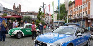 Ein moderner Funkstreifenwagen (Audi) und ein alter VW-Käfer (Foto: Holger Knecht)