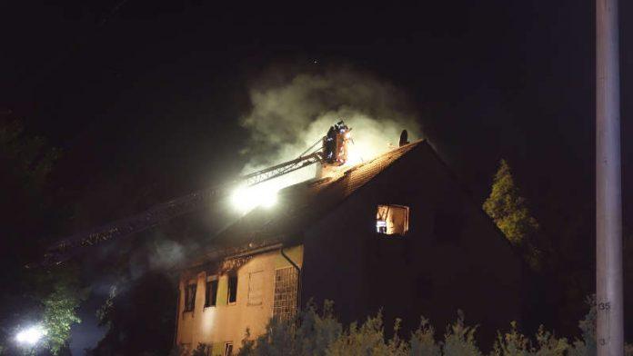 Ein Haus in der Boelckestraße stand in Vollbrand (Foto: Feuerwehr Wiesbaden)