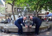 OB Löffler und KSB-Vertriebsleiter Haag gönnen sich zur Wiederbelebung des Brunnens ein Glas Wein aus der Elwedritschebrust. (Foto: Stadtverwaltung Neustadt)