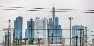 Frankfurt am Main, Skyline mit einem RE (Dosto) bei der Ausfahrt aus dem Hbf der Mainmetropole (Foto: Deutsche Bahn AG / Holger Peters)