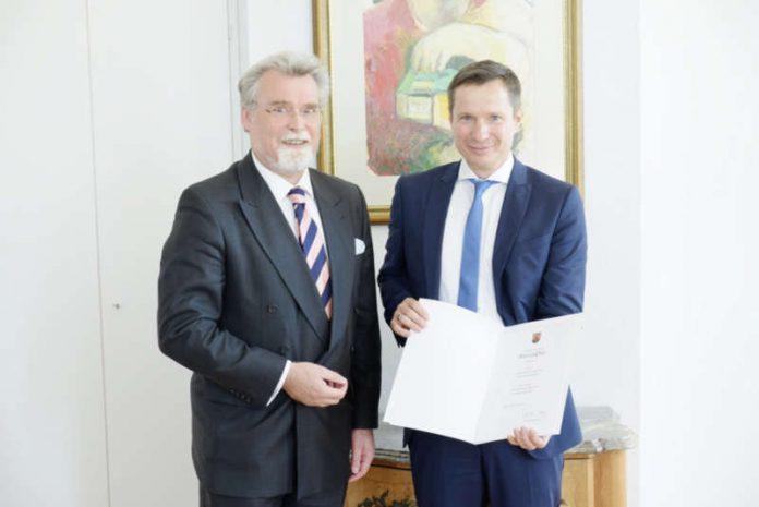 Justizminister Herbert Mertin und Markus Gietzen. (Foto: Landgericht Kaiserslautern)