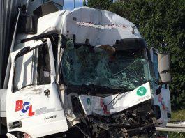 Insgesamt waren 3 LKW beteiligt (Foto: Feuerwehr Wiesbaden)