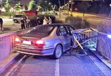 Der Fahrer hatte großes Glück. Das Geländer durchbohrte teilweise seinen PKW