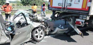 Das Bild zeigt das verunfallte und stark beschädigte Fahrzeug des 81-jährigen Unfallverursachers, nachdem es von der Feuerwehr aus dem Lkw gezogen wurde.