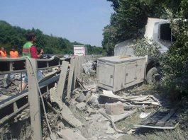 Ein geplatzter Reifen war die Ursache für diesen LKW-Unfall auf der A61