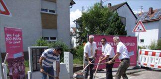 Projektleiter Hasan Sen und Bürgermeister Peter Christ mit Regio-Manager Jürgen Wolf und Bauleiter Joachim Herber von der Telekom (Foto: Gemeindeverwaltung Böhl-Iggelheim)