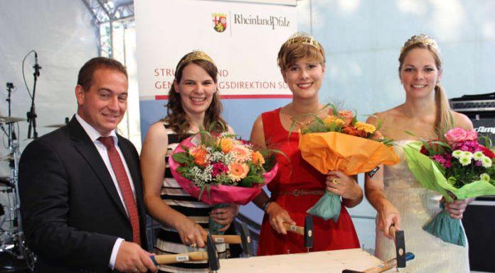 Vizepräsident Dr. Hannes Kopf mit den Weinköniginnen (Foto: SGD Süd)