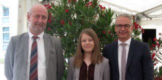 Ulrich Purschke (links), stellvertretender Schulleiter der Bertha-von-Suttner-Schule, und Landrat Dr. Christoph Schnaudigel (rechts) gratulierten Alisa Stoll zur Traumnote 1,0. (Foto: Landratsamt Karlsruhe)