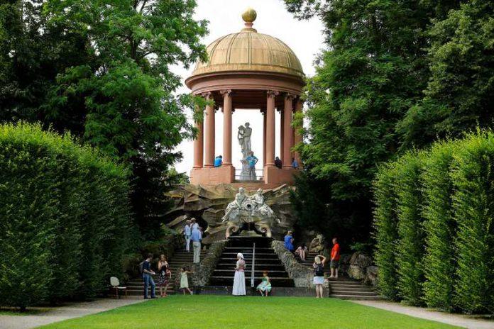 Besucher kostümiert - Event in Schwetzingen im Schlossgarten