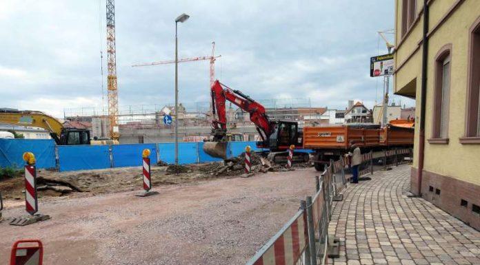Der Gehweg auf der südlichen Seite ist fertig, Richtung Norden wird er aktuell abgebrochen. (Foto: Stadtverwaltung Neustadt)