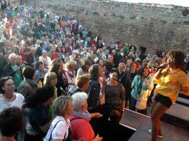 Tess D. Smith präsentierte eindrucksvoll Soul of Tina beim Burgsommer Neuleiningen (Foto: Helmut Dell)