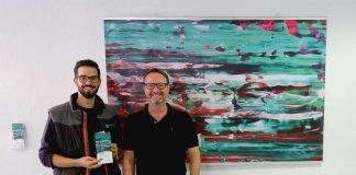 Acryl Painting in der Therme Vierordtbad: Raphael Becker (l., Karlsruher Bädergesellschaft) und Marc.Marc (ausstellender Künstler). (Foto: Karlsruher Bädergesellschaft mbH/Bäderbetriebe)