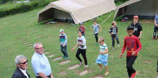 Landrat Ernst Walter Görisch (2.v.l.) und Jugendamtsleiter Arno Herz freuten sich über den gelungenen Tanz der Jungen und Mädchen. (Foto: Simone Stier )